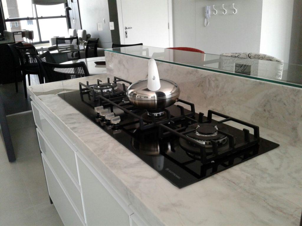 Cozinha com marmore branco Macchiaveccia PR