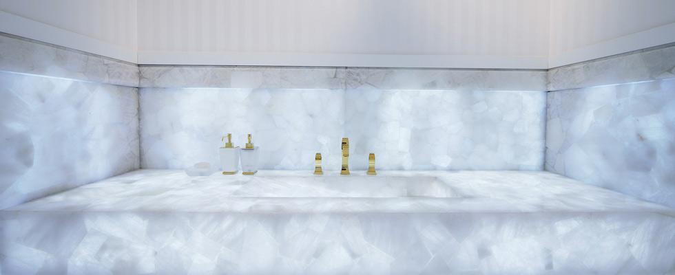 Banheiro com superfície de quartzo